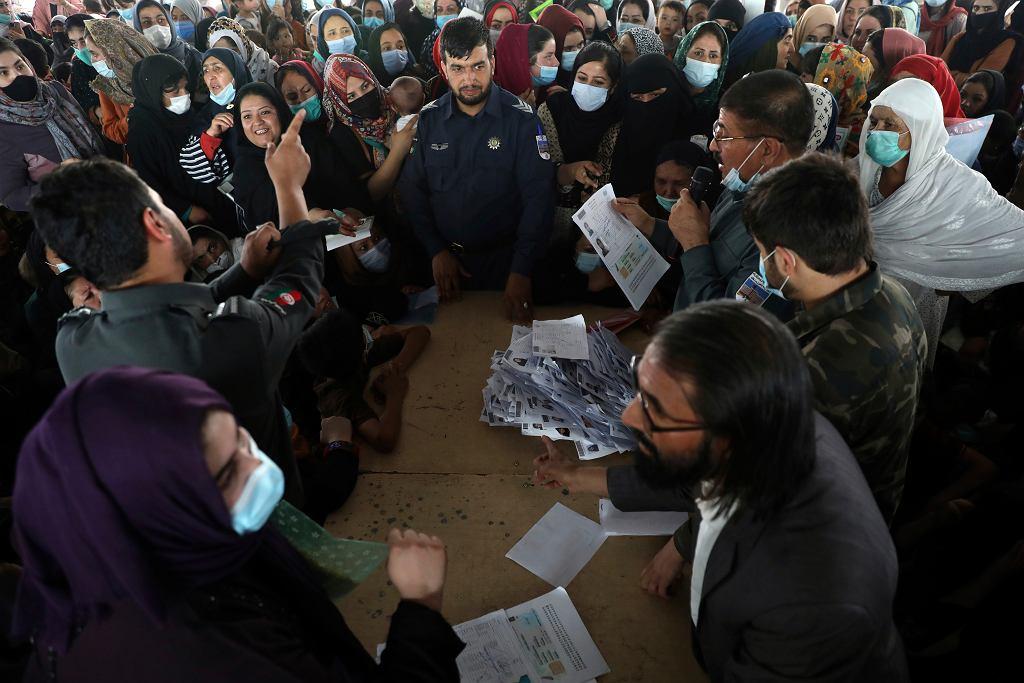 Tłum w urzędzie paszportowym w Kabulu, gdzie wszyscy starają się złożyć dokumenty w celu uzyskania paszportu