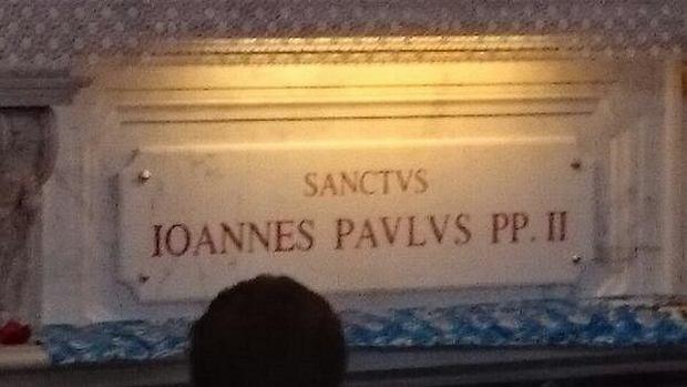 Na grobie Jana Pawła II pojawił się już łaciński napis