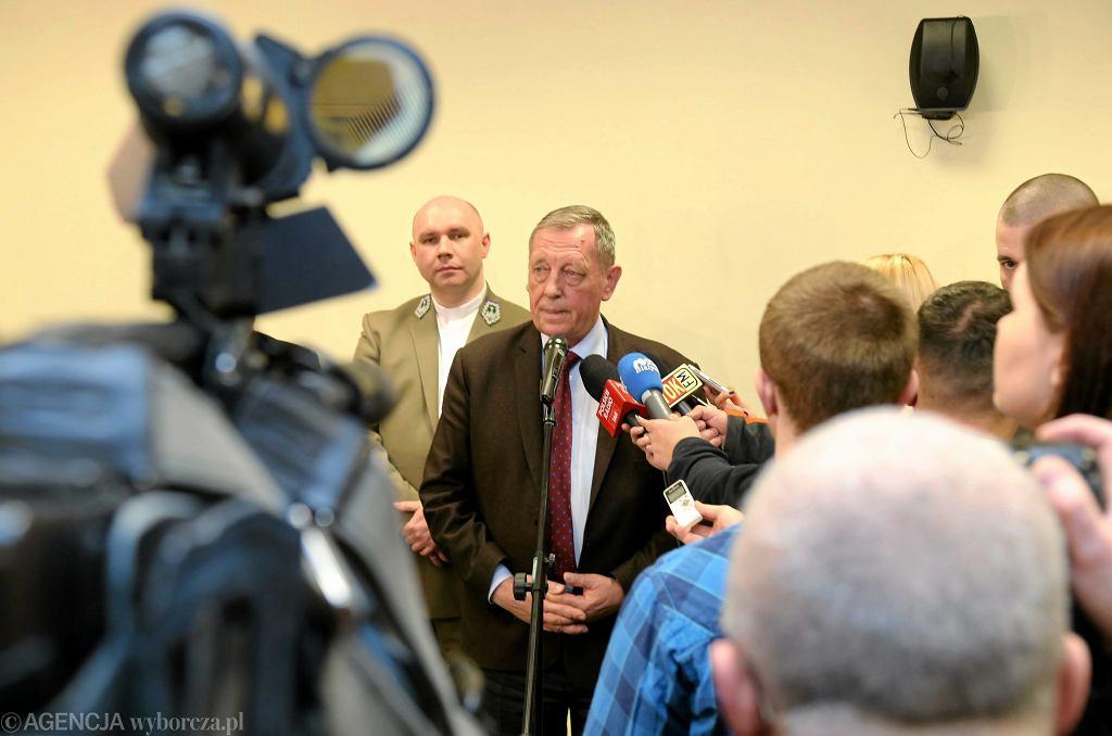 Ksiądz Duszkiewicz towarzyszy ministrowi środowiska w czasie wystąpienia