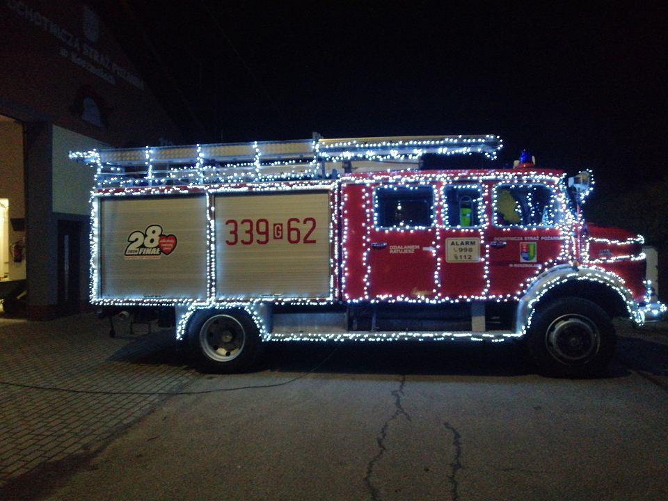 Mercedes z Koszwał w świątecznej iluminacji