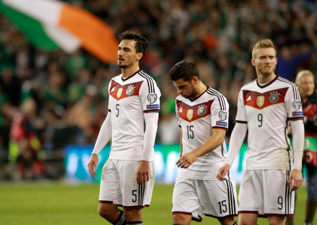 W czwartek cieszyli się jeszcze ci drudzy <b>Irlandczycy</b>. Już dawno nie udało im się coś tak niesamowitego, jak pokonanie Niemców - mistrzów świata (1:0)! Co więcej, to zwycięstwo zwiększyło szanse gospodarzy meczu w Dublinie na awans na Euro 2016.<br><br>Na zdj. smutni i zaskoczeni wynikiem Mats Hummels, Kevin Volland i Andre Schuerrle po meczu