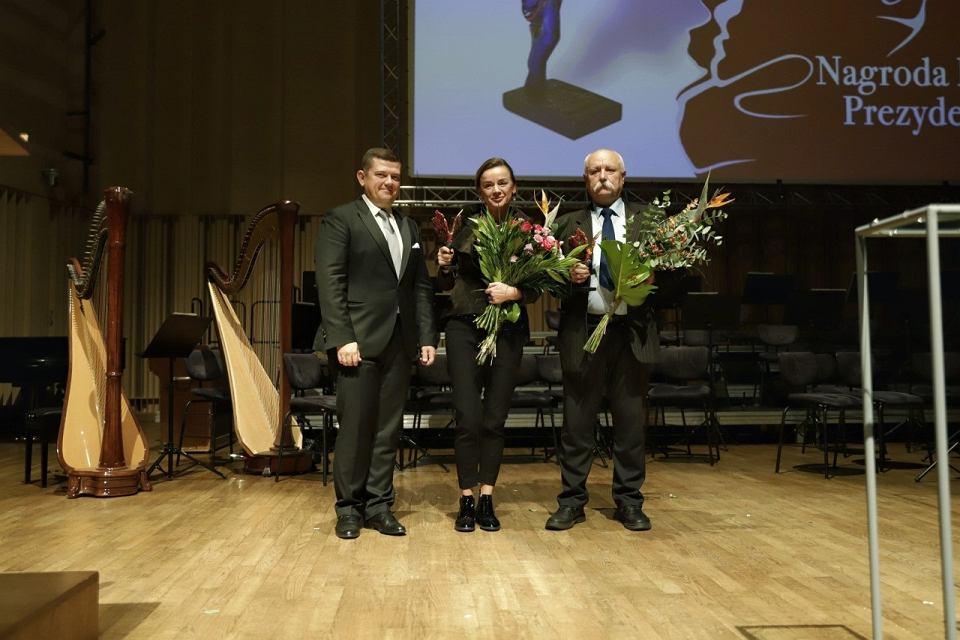 Prezydent Jacek Wójcicki wraz z laureatami Nagrody Kulturalnej: Marzeną Wieczorek i Stanisławem Sinkowskim