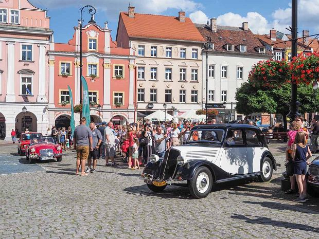 Zdjęcie numer 36 w galerii - Międzynarodowy rajd zabytkowych pojazdów na Rynku w Wałbrzychu. Było co podziwiać [ZDJĘCIA]