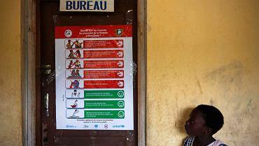 Wybrzeże Kości Słoniowej. Plakat UNICEF informujący o zagrożeniu wirusem