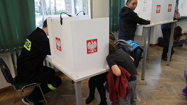 Wybory parlamentarne 2019. Głosowanie w komisji nr 333 przy ul. Siemiradzkiego na Żoliborzu.