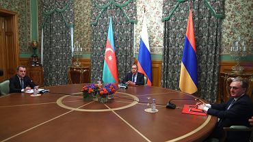 Rosyjski minister spraw zagranicznych Siergiej Ławrow (w środku), minister spraw zagranicznych Armenii Zohrab Mnatsakanyan (z prawej) oraz minister spraw zagranicznych Azerbejdżanu Jeyhun Bayramov podczas spotkania mediacyjnego w Moskwie, 9 października 2020 r.