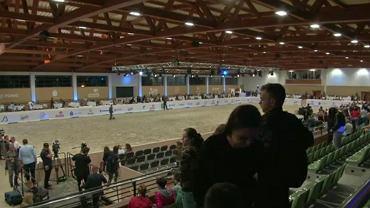 Ludzie wychodzą z trybun po zakończonej aukcji Pride of Poland w Janowie Podlaskim