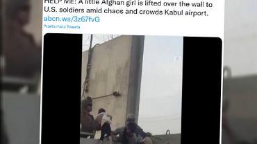 Kabul. Dziewczynka przekazana żołnierzowi nad murem