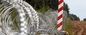 """Uchodźcy na granicy z Białorusią. Migranci znaleźli już sposób na """"płot Błaszczaka"""""""