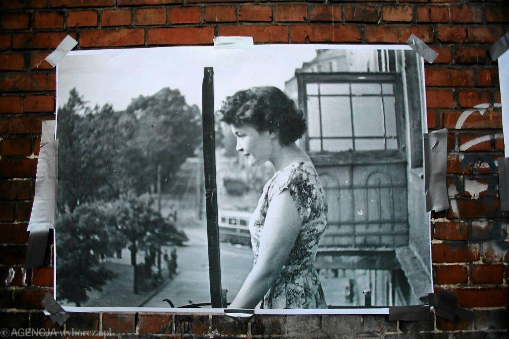 Pani Janina na balkonie kamienicy przy al. Bohaterów Warszawy