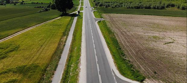 Wyremontowana droga wojewódzkia nr 242 na odcinku Wyrzysk-Osiek nad Notecią w powiecie pilskim.
