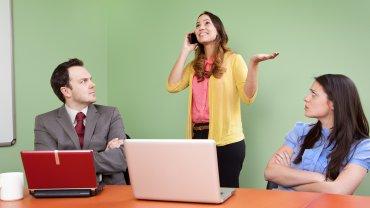 Prywatne rozmowy przez telefon i głośny śmiech nie pozwalają się skupić (fot. Shutterstock.com)