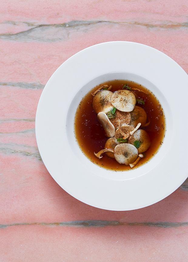 Zupa grzybowa - przygotowana zsuszonych grzybów, odrobiny śliwki oraz wywaru warzywnego. Smak dopełniają makaron jajeczny nitki, omlet krojony wcienkie plasterki, odrobina groszku cukrowego, grzyby boczniaki i shitake orazpuder grzybowy.
