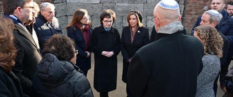 """Grodzki """"wygumkowany"""" ze zdjęć Kancelarii Sejmu? Tym razem w Auschwitz"""