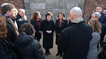 Elżbieta Witek i Nancy Pelosi w Auschwitz-Birkenau. Na zdjęciu nie widać Tomasza Grodzkiego, który został zasłonięty przez inną osobę