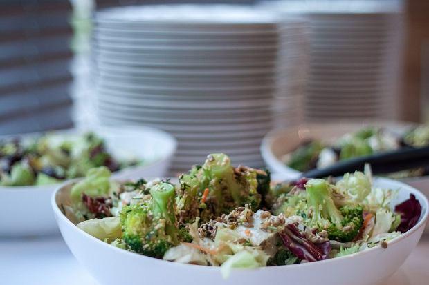 Orientalna sałatka z brokułami, marchewką i sezamem