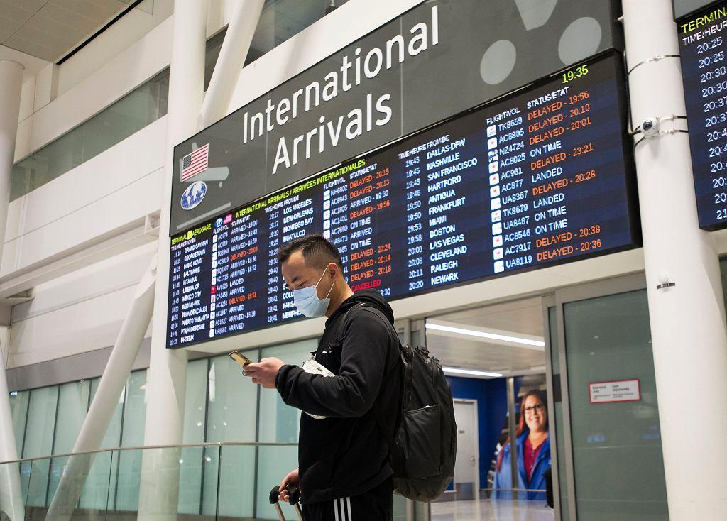 Pasażer z maseczką na twarzy na lotnisku w Toronto