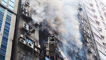 Bangladesz. Pożar 19-piętrowego wieżowca. Na nagraniach widać uwiezionych ludzi