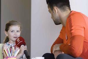 """6-letnia Laura pyta piłkarzy """"Czy trener wam daje kary, jak jesteście niegrzeczni?"""" Hit internetu"""