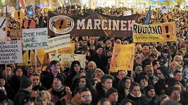 Łańcuch Światła z Wykrzyknikiem na placu Wolności. Poznań wspiera strajkujących nauczycieli