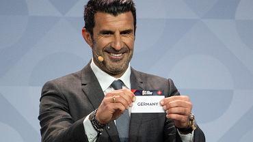 Luis Figo podczas losowania fazy grupowej Ligi Narodów UEFA