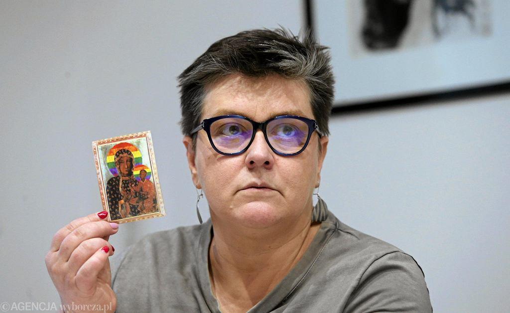 Elzbieta Podleśna podczas konferencji prasowej o rzeczywistym przebiegu akcji w Płocku/ Fot . Kuba Atys / Agencja Gazeta