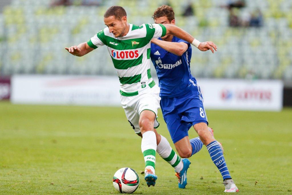 Neven Marković (z lewej) nowym piłkarzem Lechii
