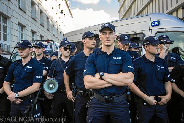Policjanci pod ufortyfikowanym Sejmem. 'Suweren' protestuje przeciw pisowskiej 'reformie' sądownictwa. Partia rządząca przepycha piątą nowelizację ustawy, która umożliwi przejęcie Sądu Najwyższego. Warszawa, 20 lipca 2018
