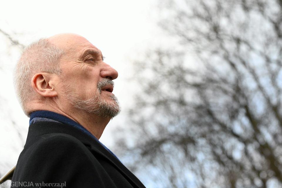 Zdjęcie numer 1 w galerii - Parlamentarzyści PiS dostali tajemnicze maile. Macierewicz zaprasza na odsłonięcie pomnika Lecha Kaczyńskiego