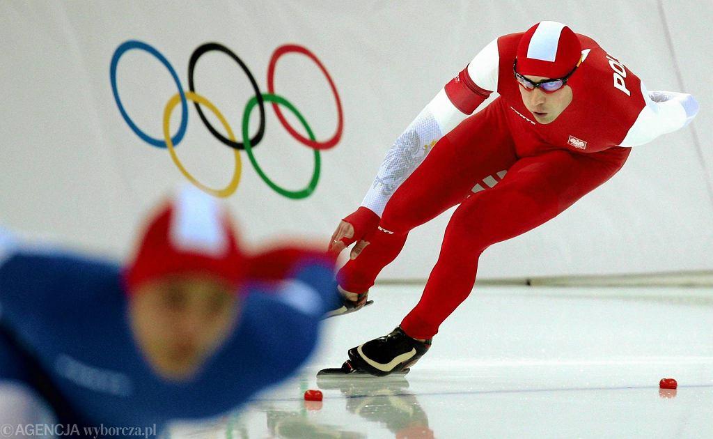Zbigniew Bródka podczas wyścigu na 1500 m w Soczi. Mistrz zawodowo jest strażakiem, pełni służbę w Komendzie Powiatowej PSP w Łowiczu. Jego złoto przełamało monopol holenderski wśród mężczyzn.