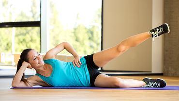 Atlas ćwiczeń: ćwiczeń powstał z myślą o wszystkich osobach, które chcą w równomierny sposób rozwijać wszystkie swoje mięśnie. Zobacz, jak robić ćwiczenia na brzuch, ćwiczenia na plecy i ćwiczenia na uda.