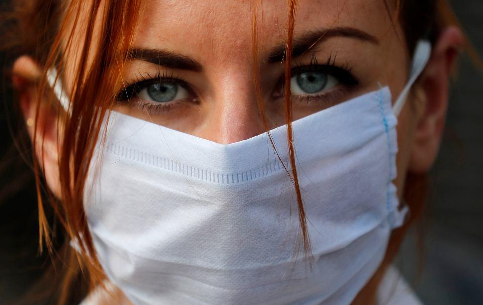 Pandemia Koronawirusa. Członkini grupy 'Pause The System' - pikieta przed siedzibą premiera na Downing Street 10. Londyn, 20 marca 2020