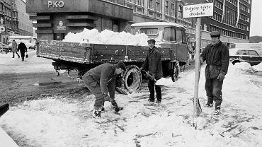 W poniedziałek w Katowicach sypnęło śniegiem. Wielu kierowców stało w korkach. Tak naprawdę jednak, poniedziałkowe opady śniegu to nic w porównaniu z zimami, które przed laty utrudniały życie w mieście. </p> Tak było np. w 1993 roku. Wtedy na ulice Katowic wysłano ciężarówki, do których łopatami ładowano śnieg, a i tak odśnieżenie np. ul. 3 Maja czy ul. Młyńskiej i rynku przypominało pracę Syzyfa.
