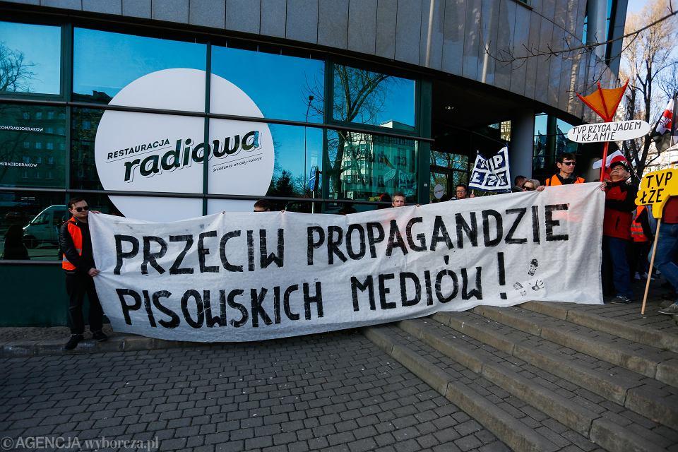 17.02.2019 Krakow , Aleja Slowackiego . Protest przeciw propagandzie TVP pod siedziba Radia Krakow.