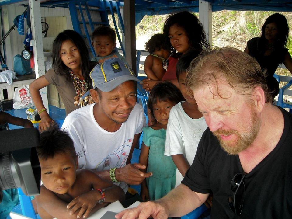 Indianie Piraha z dorzecza Amazonii i amerykański lingwista Daniel Everett (pierwszy z prawej)