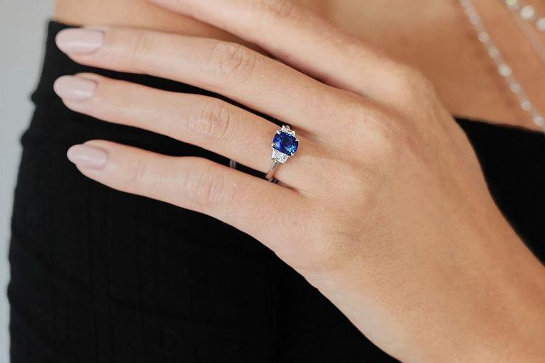 4b87c037a053f2 Do jakiej stylizacji pasuje pierścionek z szafirem?