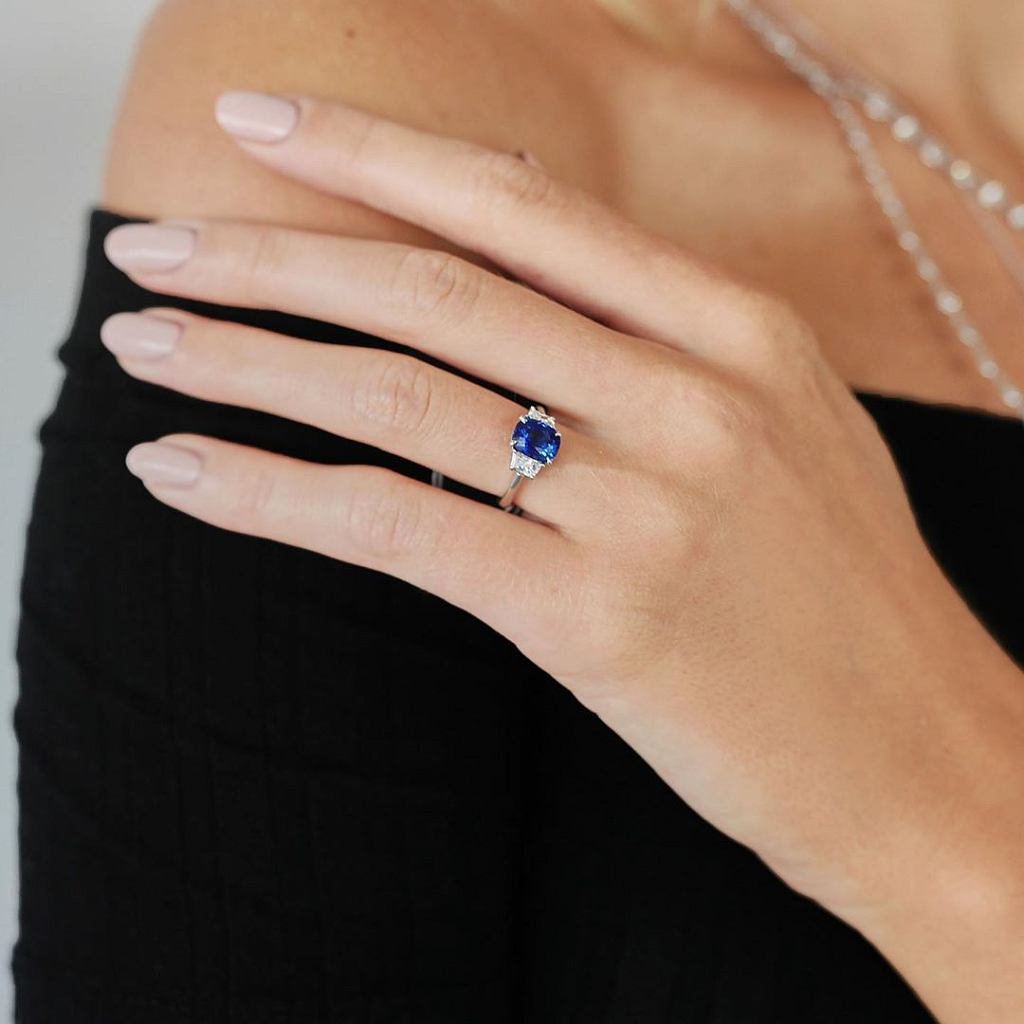 Do czego pasuje pierścionek z szafirem