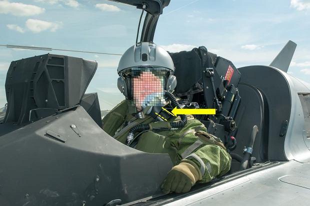64-latek w kokpicie tuż przed startem. Śledczy zaznaczyli niezapięte elementy trzymające hełm i maskę tlenową