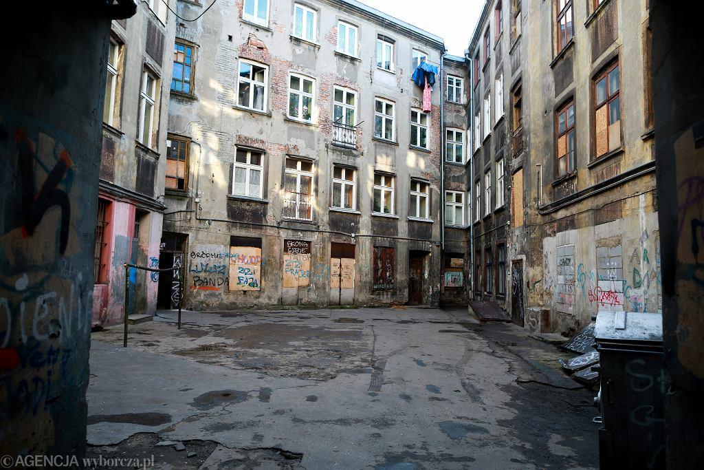 Łódź, ul. Więckowskiego 4. Kamienica przeznaczona przez miasto do remontu (fot. Małgorzata Kujawka/AG)