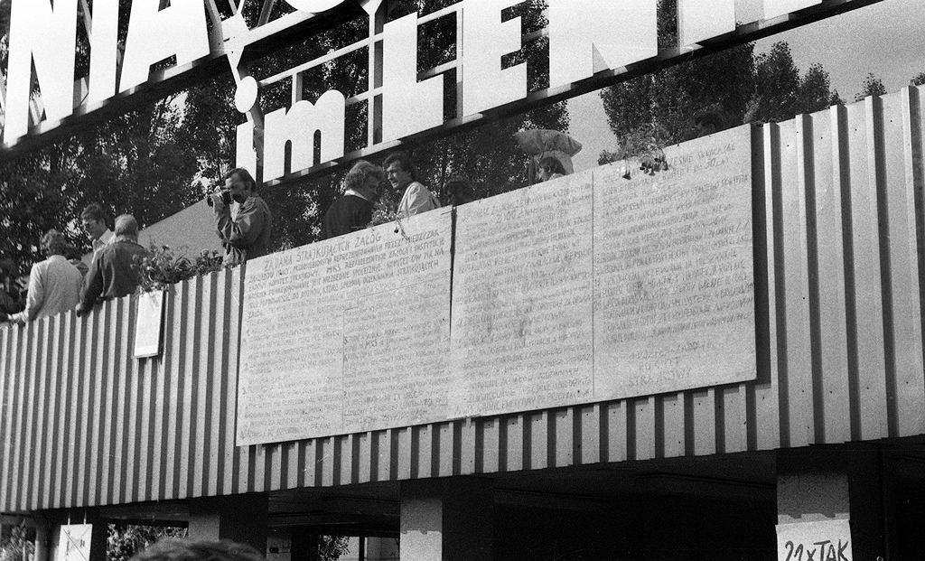 Tablice z 21 postulatami Międzyzakładowego Komitetu Strajkowego umieszczone na budynku portierni przy Bramie nr 2 Stoczni Gdańskiej im. Lenina