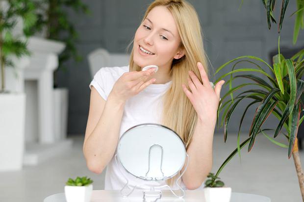 Demakijaż cery mieszanej - co warto wiedzieć i jakie kosmetyki stosować?
