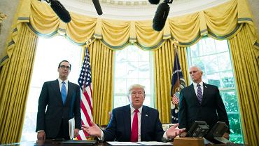 Prezydent USA Donald Trump podczas podpisywania dekretu o nowych sankcjach na Iran