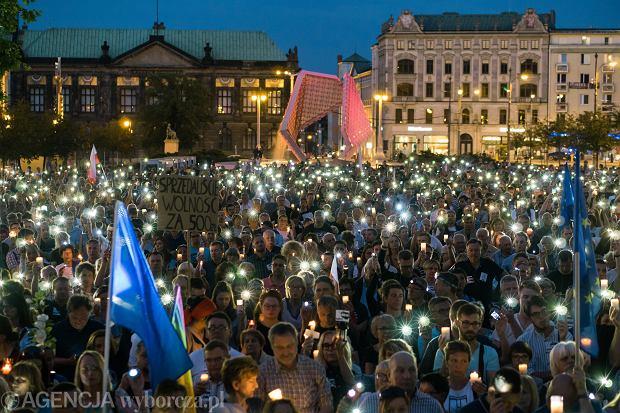 'Łańcuch Światła ' - poznaniacy i przyjezdni pod hasłem ' Wolne sądy ! Chcemy Weta ! ' protestują przeciw pisowskim ustawom ograniczającym niezależność sądownictwa, 18 lipca 2017.