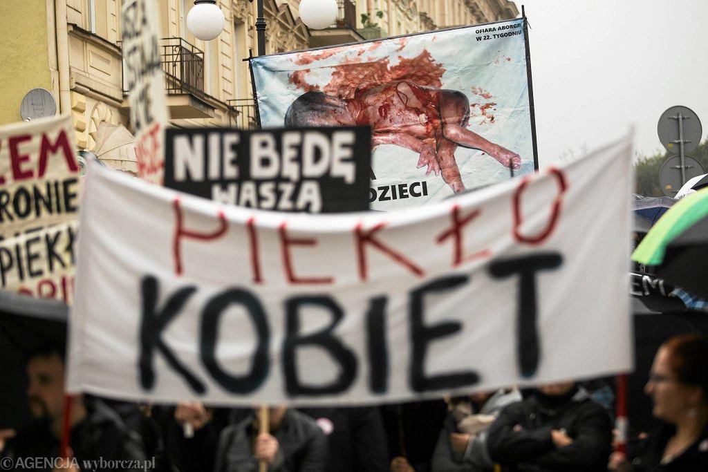 Była to jedna z największych manifestacji w Lublinie w ostatnich latach. Demonstracja przeciwko zaostrzaniu aborcji zgromadziła ok. dwóch tysięcy osób. W większości kobiet, ale nie tylko. - W takim dniu mimo, że jestem facetem czuję się kobietą. Wszyscy jesteśmy dobrymi ludźmi, a nie mordercami jak chyba myślą twórcy projektu ustawy zaostrzającej prawo - podkreślał jeden z demonstrantów. - Przyszedłem tutaj z moją córką. Ona nie może jeszcze nawet chodzić. Mówić też nie. Swoje emocje przekazują tylko płaczem, krzykiem lub uśmiechem. Chcę, żeby już jako dorosła osoba żyła w wolnym kraju - podkreślał Tomasz, mieszkaniec Lublina. Plac przed Centrum Kultury stał się lubelskim Hyde Parkiem. Przez ponad godzinę demonstranci mieli do dyspozycji mikrofon i wymieniali swoje doświadczenia. - Kilka tygodni temu moja siostra poroniła. Wiem jak do tej pory cierpi i nie wyobrażam sobie tego, że mógłby teraz jakiś prokurator wchodzić w jej życie - mówiła jedna z protestujących. A inna dodawała: - Księża żyją w celibacie. Z własnego wyboru. Tylko, że niestety wiemy jak to jest z ich celibatem. Też chce mieć wolny wybór. Nie chcę żyć w hipokryzji. Uczestnicy marszu mieli przy sobie liczne transparenty z hasłami typu 'Wasza ustawa, łamie nasza prawa', 'Martwe nie będziemy rodzić' czy 'Chcemy kochać nie umierać'. - Wszystkie transparenty trafią do pani premier Beaty Szydło. My nie jesteśmy żadną partią. Zorganizowaliśmy protest w pięć dni. Bez niczyjej pomocy. Niech rządzący pomyślą co stanie się jak nie uwzględnią naszych próśb i zrobimy strajk generalny. Niech pamiętają kto im daję pracę - mówiła Ewelina Kamińska, studentka weterynarii z Uniwersytetu Przyrodniczego. Kamińska nie należy do żadnej partii politycznej ani stowarzyszenia. Protest zdecydowała się przeprowadzić, bo jak mówiła 'jest wkurzona'. Na koniec protestujący przeszli w marszu milczenia z placu sprzed Centrum Kultury na pl. Łokietka. Michał Jackowski