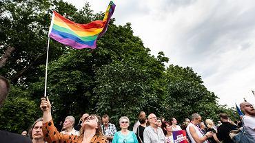 Białystok. Manifestacja 'Polska przeciw przemocy' pod Teatrem Dramatycznym. Po Marszu Równości