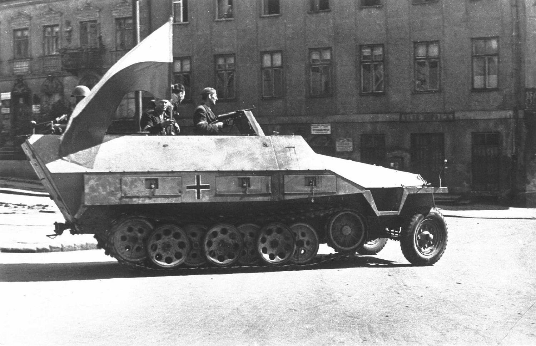 Transporter niemiecki zdobyty przez powstańców Zgrupowania 'Krybar'. Zdjęcie wykonano na ul. Tamka 14 sierpnia 1944 r. (fot. Wikimedia Commons / domena publiczna)