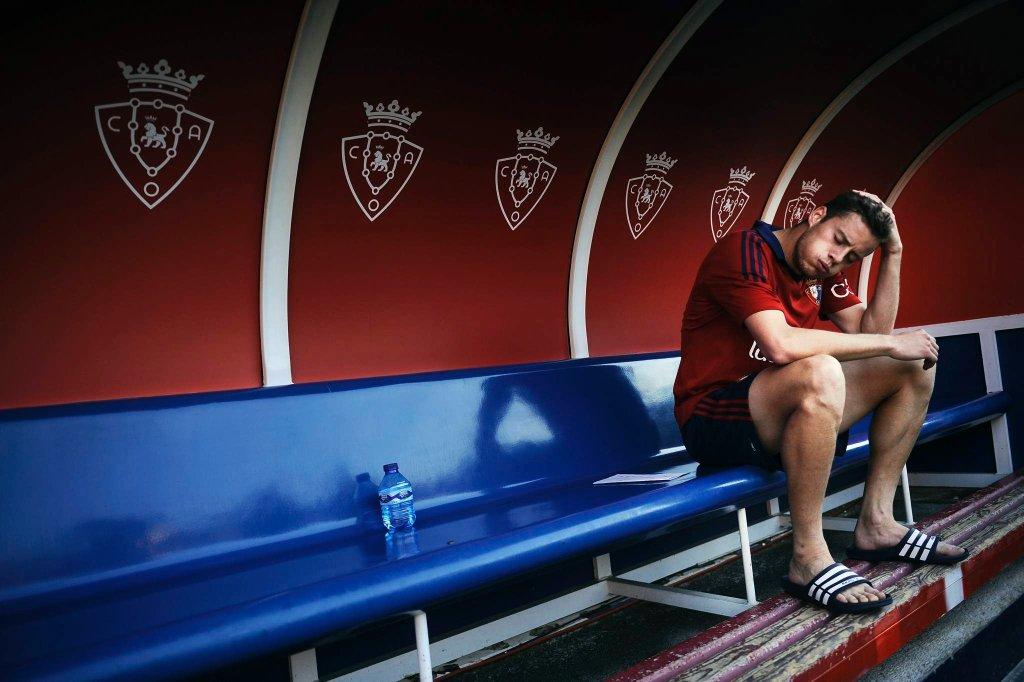 Napastnik Oriol Riera długo nie schodził z boiska tak przeżywał spadek.