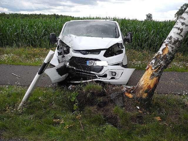 Samochód osobowy po wypadku. Niemiecka policja szuka kierowcy ciężarówki z polską rejestracją, który uciekł z miejsca wypadku.