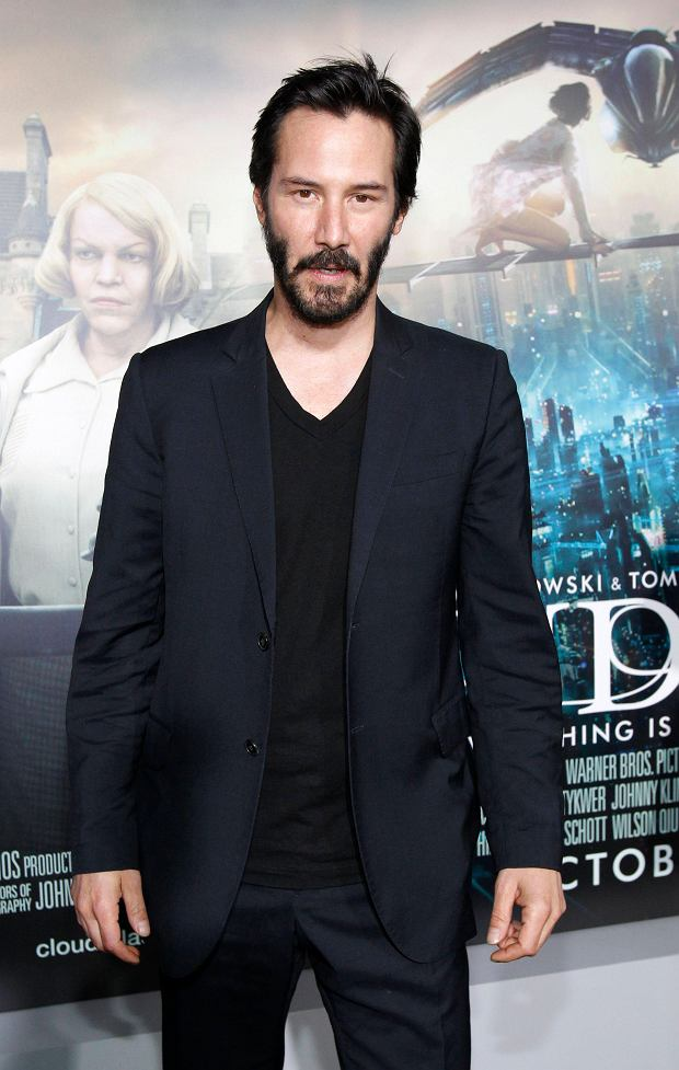"Actor Keanu Reeves poses at the premiere of ""Cloud Atlas"" at the Grauman's Chinese theatre in Hollywood, California October 24, 2012. The movie opens in the U.S. on October 26.   REUTERS/Mario Anzuoni (UNITED STATES - Tags: ENTERTAINMENT)"