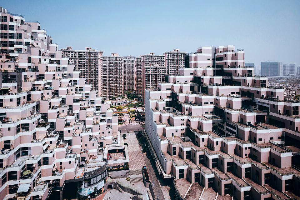 Gęsto, a jednak przestronnie  - nowe osiedle w mieście Kunshan (aglomeracja szanghajska), w tle starsze megablokowisko